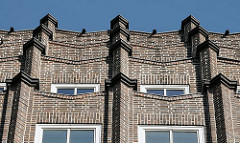 Das Kontorhausviertel in der Hamburger Altstadt eine Sehenswürdigkeit für die Hamburg Touristen - Hausfassade vom Montanhof in der Niedernstrasse - das expressionistische Bürogebäude ist Teil des Hamburger Kontorhausviertel. Das Kontorgebäude wur