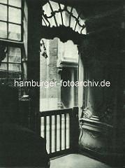 Alte Fotos aus dem Gängeviertel Hamburgs - Barocktür mit Schitzereien - Türglocke, Blick auf den Rademachergang.