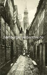 Historische Bilder aus dem Hamburger Gängeviertel - schmaler Gang mit Kopfsteinpflaster; Großer Bäckergang - Gruppe, Kinder und Frauen; Kirchturm von der St. Michaeliskirche.