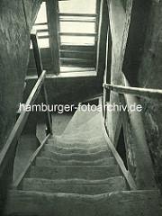 Alte Fotos aus dem Gängeviertel Hamburgs - Holztreppe mit ausgetretenen Holzstufen, Treppenhaus im Kornträgergang.