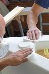 Reinigung vom Bootsrumpf mit  Wachstüchern vor dem Lackieren - entfernen von möglichen Staubresten.