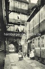 Historische Bilder aus dem Hamburger Gängeviertel -  Blick vom Breiten Gang durch die Toreinfahrt zum Kornträgergang; Kinder, Mädchen mit Schürzen.