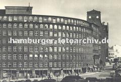 altes Architekturfoto von der runden Ecke des Hamburger Kontorhauses Sprinkenhof Buchardstrasse / Johanniswall; im Hintergrund einer der hohen Blendgiebel des Bartholomayhauses.