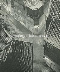 Alte Fotos aus dem Gängeviertel Hamburgs - Blick von oben auf die Gänge Ebraergang, Schulgang, Kugelsort; Kneipe mit Holsten Bier.