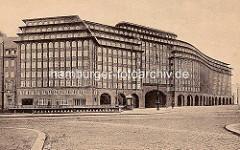 Chilehaus im Hamburger Kontorhausviertel - die Geländer lks. gehören zum Klingbergfleet.