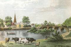 Historische Ansicht der Alster bei Hamburg Winterhude / Eppendorf. Kühe grasen auf einer Wiese am Wasser, ein Boot fährt über den Fluss. Im Hintergrund die Brücke über die Alster und die St. Johanniskirchen in Eppendorf.