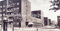 Historisches Architekturbild aus der Hamburger Jarrestadt - Klinkerarchitektur, Wohnhäuser mit Geschäften; Zapfsäule Benzin.