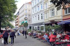 Aussengastronomie - Tische mit Gästen auf der Strasse in der Neustadt Hamburgs / Großneumarkt,