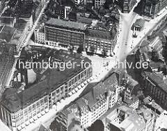 Historisches Luftbild - Blick auf das Karstadtgebäude in der Mönckebergstrasse und den Gerhart Hauptmann Platz - re. oben das Gebäude der Bücherhalle und die Spitaler Strasse.