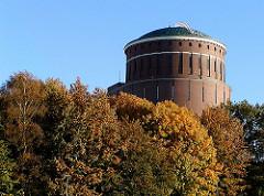 Bunte Herbstbäume am Planetarium im Hamburger Stadtpark.