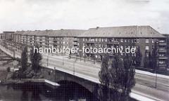 Blick über den Goldbekkanal auf Wohnblocks am Wiesendamm - im Hintergrund Gebäude am Borgweg.
