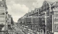 Historische Mönckebergstrasse - Hamburg Altstadt; Strassenbahnhaltestelle mit Strassenbahnen.
