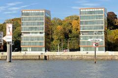 """Elbhang mit Herbstlaub - """"Goldener Oktober"""" am Elbufer in Hamburg Altona; moderne Bürogebäude an der Elbe in Ottensen."""