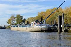 Anleger für Binnenschiffe in Hamburg Rothenburgsort / Entenwerder. Im Hintergrund die Herbstbäume vom Entenwerder Park, lks. die Norderelbbrücke. Das Binnenschiff Vorwärts hat gerade den Pkw per Kran abgesetzt.