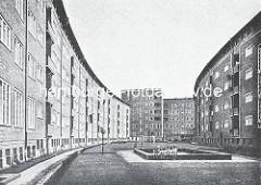 Innenhof in der Jarrestadt - Klinkerarchitektur - Sandkasten mit Kindern; Wohnblock, entworfen von den Architekten Distel & Grubitz. Neben diesem 'Profanbau' haben die Architekten u.a. auch das  Universitätsgebäude,  die  Wehrmachtsverwaltung/So