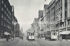 Historische Ansicht der Hamburger Mönckebergstrasse in der Innenstadt -  Strassenbahn Linie 17 zum Hammer Park - Autobus und PKW, Fussgänger.