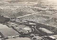 Historisches Luftbild vom Stadtpark und Winterhude, Alsterdorf. Am unteren Bildrand ein Ausschnitt vom Stadtparksee - dahinter das Planschbecken und re. davon der Sprunggarten - Pferdereitbahn - dahinter Kleingärten.