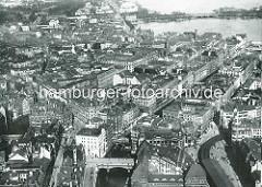Historische Luftaufnahme von der Hamburger Altstadt / Neustadt - re. unten der Rödingsmarkt mit Hochbahnhaltestelle, lks. davon das Alsterfleet mit der Heiligengeistbrücke - dann das Bleichenfleet und die Stadthausbrücke mit dem sogen. Millionenba