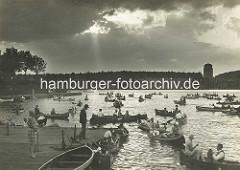 Abendstimmung am Hamburger Stadtparksee - Kanus und Ruderboote auf dem Wasser; im Hintergrund der ehem. Wasserturm / Planetarium.