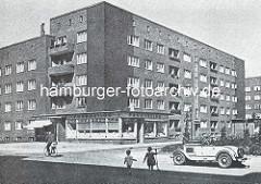 Klinker-Wohnblock in der Jarrestadt; Geschäft, spielende Kinder - Fahrradfahrer und Kfz / Cabrio; Architekten Block & Hochfeld.