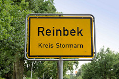 Gelbes Ortschild, schwarze Schrift - Reinbek, Kreis Stormarn.