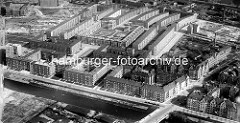 Historische Ansicht von der Jarrestadt in Hamburg Winterhude - im Vordergrund der Goldbekkanal und das Goldbekufer so wie die Brücke der Barmbeker Strasse; im Bildzentrum der Zentralblock, der von dem Architekten Karl Schneider entworfen wurde.