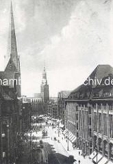 Historische Luftansicht von der Hamburger Mönckebergstrasse zum Rathaus; lks. der Kirchturm der Petrikirche.