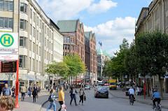 Blick vom Hamburger Rathausmarkt in die Mönckebergstrasse, Einkaufsstrasse in der Hamburger City - lks. im Hintergrund das Kontorhaus Domhof - erbaut 1911 Architekt Franz Bach.
