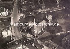 Historische Luftaufnahme von der Alster bei Hamburg Winterhude / Eppendorf. Im Bildzentrum die Eppendorfer St. Johanniskirche - lks. oben das Winterhuder Fährhaus, re. der Dampfschiffanleger Winterhuder Fährhaus.