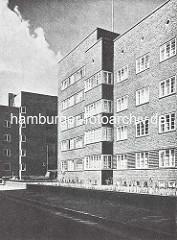 Aussenansicht vom Otto-Stolten-Hof in der Jarrestadt - Klinker Wohnsiedlung in Hamburg Winterhude, Architekt Friedrich R. Ostermeyer.