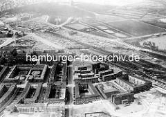 Historisches Flugbild der Jarrestadt in Hamburg Winterhude - in der Bildmitte lks. der Schneiderblock als zentraler Bau der Jarrestadt - lks. unten die Meerweinschule; re. oben ein Ausschnitt vom See im Stadtpark.