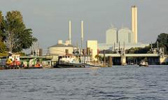 Blick von der Norderelbe zu den Pontons am Anleger Entenwerder in Hamburg Rothenburgsort - hinter dem Sperrwerk der Billwerder Bucht die Industriearchitektur vom Heizkraftwerk Tiefstack  in Billbrook.