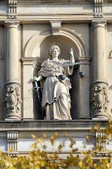 Figur Justitia an der Fassade vom Hamburger Strafjustizgebäude am Sievekingplatz - erbaut 1879 –1882 nach Entwurf von Hans Zimmermann errichtet.
