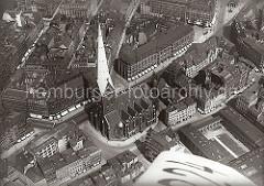 Blick auf die Hamburger St. Petrikirche an der Mönckebergstraße; lks. oben der Gerhart-Hauptmann-Platz und die Schumacher-Architektur der Bücherhalle an der Spitalerstrasse. Rechts unten die Arkaden des Johanneums am Domplatz - lks. neben dem