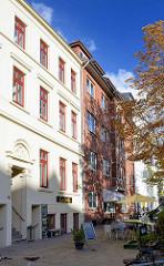 Wohnhäuser mit Teppenaufgang - Geschäfte im Sourterrain, Café im Grasweg, Stadtteil Hamburg Winterhude.