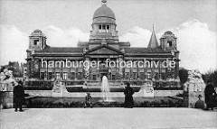 Hanseatisches Oberlandesgericht, Brunnenanlage am ehem. Hamburger Holstenplatz, jetzt Sievekingplatz.