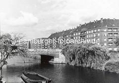 Historische Aufnahme vom Goldbekkanal / Goldbekufer - Brücke Barmbeker Strasse; ein Schute liegt am Anleger.