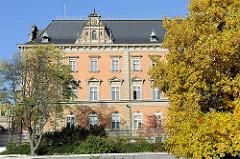 Seitenansicht vom Strafjustizgebäude am Hamburger Sievekingplatz - Blick über die Wallanlagen, Herbstbaum.