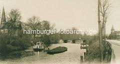 Historisches Foto von der Hamburger Alster - Blick über den Alsterkanal bei Hamburg Winterhude / Eppendorf. Eine Schute mit einer Ladung Kohlen wird auf dem Fluss gestakt, ein Alsterdampfer / Fahrgastschiff passiert das Arbeitsschiff - re. im Hin
