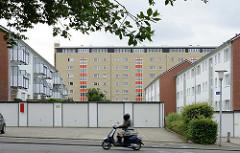 Hochhaus und zweistöckige Wohnblocks - Garagen / Motorradfahrer; Architekturbilder aus Reinbek / Stormarn.