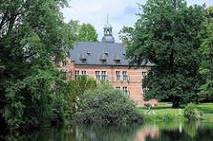 Blick über den Mühlenteich / aufgestaute Bille zum Reinbeker Schloss. Das Schloss Reinbek in Reinbek wurde als eine der Nebenresidenzen des herzoglichen Hauses Schleswig-Holstein-Gottorf im 16. Jahrhundert errichtet. Es gehört zu den frühesten Bauten