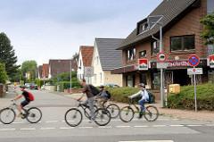 Strasse mit Einzelhäusern / Satteldach; Reinbek, Kreis Stormarn.