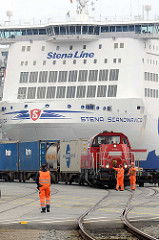 Schiffsbug vom Fährschiff Stena Scandinavica - Schwedenkai in Kiel - Güterzug mit Lokomotive, Bahnarbeiter.