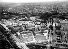 Alte Luftaufnahme von der Jarrestadt zwischen dem Wiesendamm und der Großheidestrasse - in der Bildmitte die Meerweinschule, dahinter der Barmbeker Stichkanal und der Isebekkanal und Wohnhäuser in Barmbek.