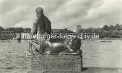 """Bronzkulptur """"Zentauren Triton + Nereide"""" am Hamburger Stadtparksee - Georg Wrba; Bronze 1912. Im Hintergrund die Kaskaden und das Planetarium."""