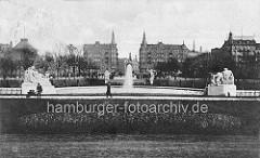 Blick über die Brunnenanlage vor dem Hanseatischen Oberlandesgericht zur Kaiser Wilhelm Strasse.