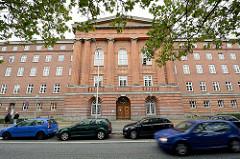 Backsteingebäude, Eingangsbereicht mit Halbsäulen und rundbogigen Portalen - Landgericht Kiel, erbaut 1926.