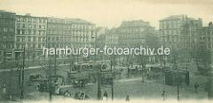 Historische Fotografie vom Hamburger Grossneumarkt, zentraler Platz in der Neustadt - eine Strassenbahn fährt über den Platz, Pferdekutschen / Droschken mit Kutscher warten auf Fahrgäste; Marktstände sind aufgebaut.