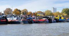 Schubschiffe liegen dicht zusammen im Peutehafen in Hamburg Veddel - im Hintergrund ein Silogebäude am Peutekanal.