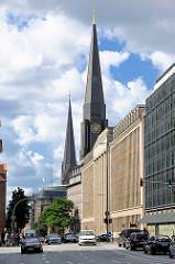 Kirchtürme der Jacobikirche + Petrikirche - historische Architektur ehem. Karstadt-Verwaltungsgebäude,   erbaut 1924 - jetzt Finanzamt.